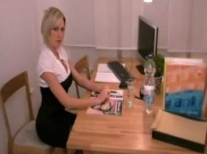 Chef fickt eine Angestellte mitten im Geschäft -