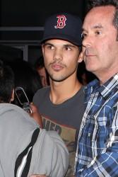 Taylor Lautner - Imagenes/Videos de Paparazzi / Estudio/ Eventos etc. - Página 38 E22eed232812824