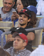 Taylor Lautner - Imagenes/Videos de Paparazzi / Estudio/ Eventos etc. - Página 39 2c0cd4256336623