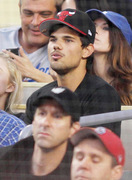 Taylor Lautner - Imagenes/Videos de Paparazzi / Estudio/ Eventos etc. - Página 38 9f8ac5256336548