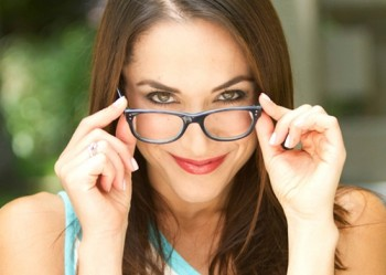 Memakai kacamata agar terlihat cerdas - Ist