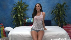 Increible teen cuerpo lujurioso en cama de masajes